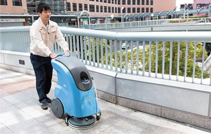 建物敷地内の路面は、専用床磨き機で汚れを除去します。