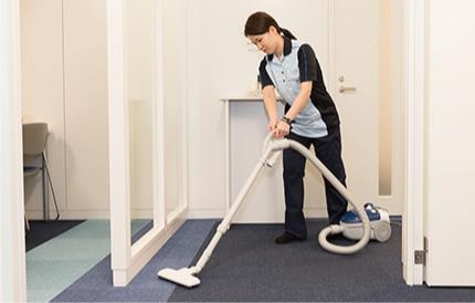 オフィスの入口エントランスも念入りに清掃します。