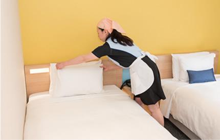 教育されたスタッフによる「オモテナシの心」で設えるベッドメイキング。