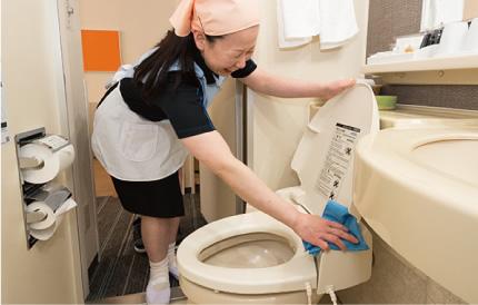 客室トイレの清掃は特に念入りに清掃します