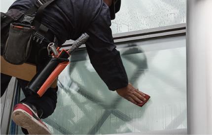 高層ビルの窓ガラスは、専任のゴンドラ免許を持つ技術スタッフが丁寧に清掃します。
