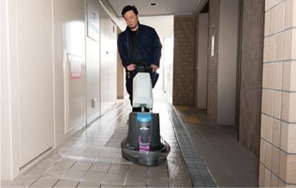 ビル内の各階通路を専用の床磨き機で汚れを除去します。