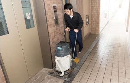 汚れやすいエレベーターの付近は特に念入りに清掃します。