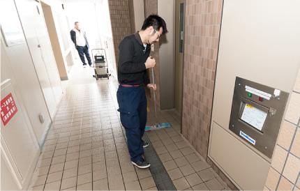 専用清掃機で汚れを落とした後は、スタッフの手でさらに丁寧にワックス掛け清掃します。